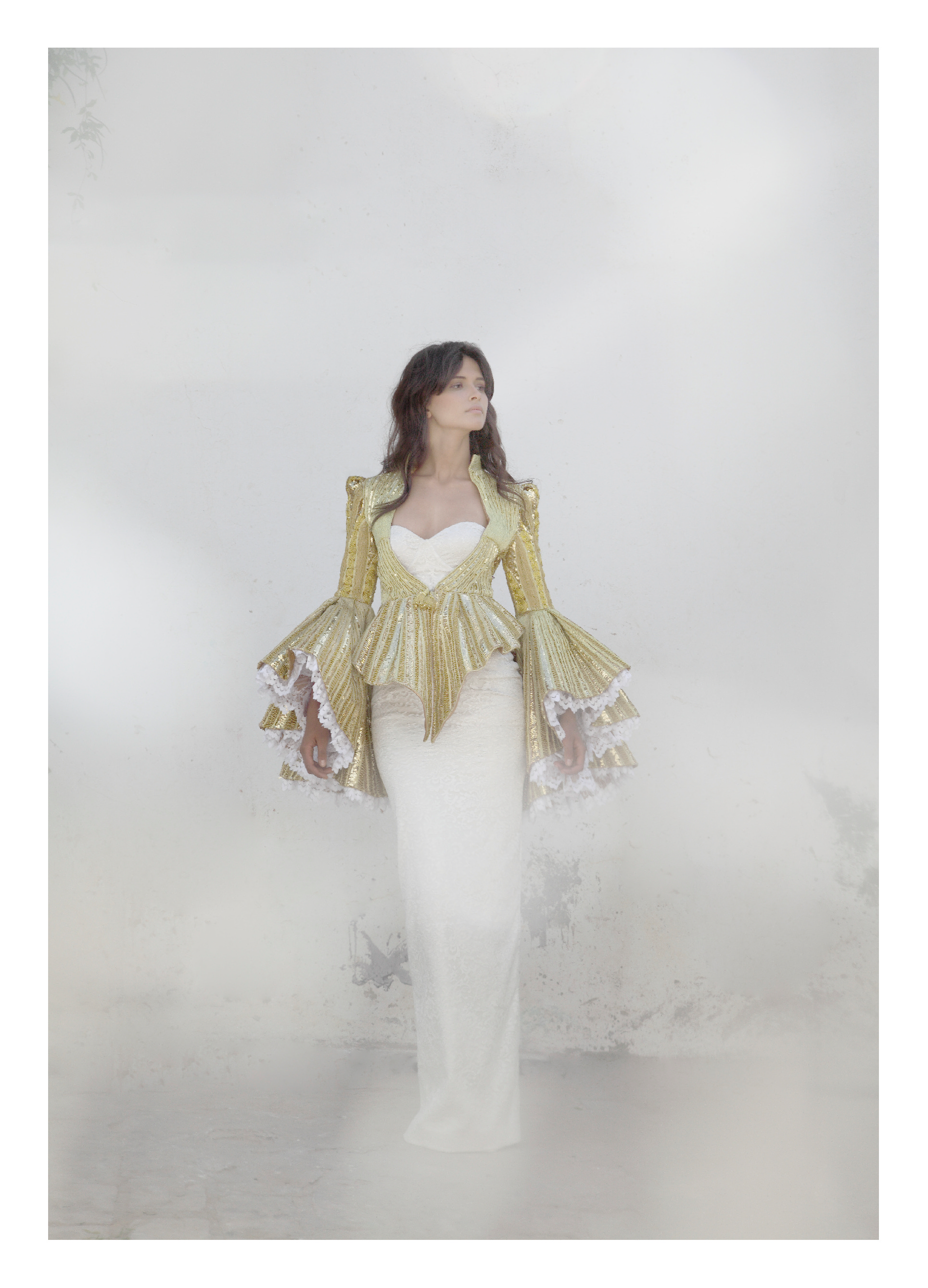 Veste brodée en fil d'argent, fil tressé, paillettes et ruban métallique (techniques de broderies artisanales tunisiennes) manches doublées avec de la dentelle de Calais, robe bustier en dentelle sur fond satin,  MEHDI KALLEL