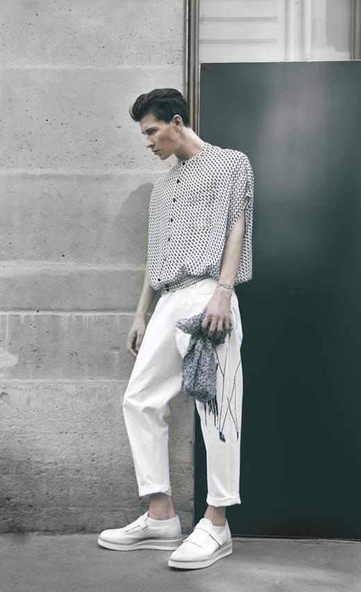 Chemise avec boutons en pierre naturelle et jodhpurs en jean blanc imprimé, M'S BRAQUE Chaussures, LE YUCCA'S FATTE A MANO Foulard, Mii
