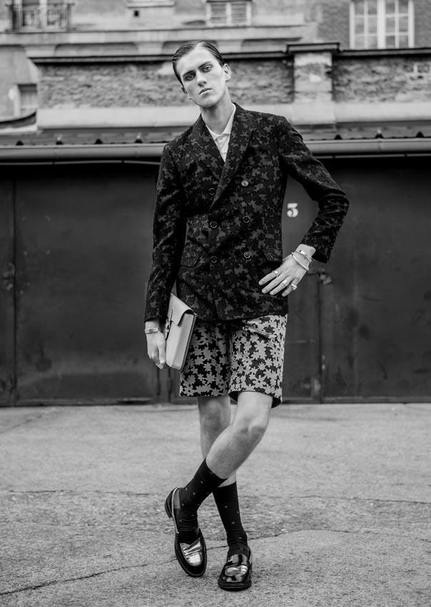 Veste Julien David, collier Thomas Sabo, chemise Paul & Joe, short Julien David, bracelets et bagues Serge Thoraval, sac Moynat, chaussettes Falke, chaussures Fred Marzo.