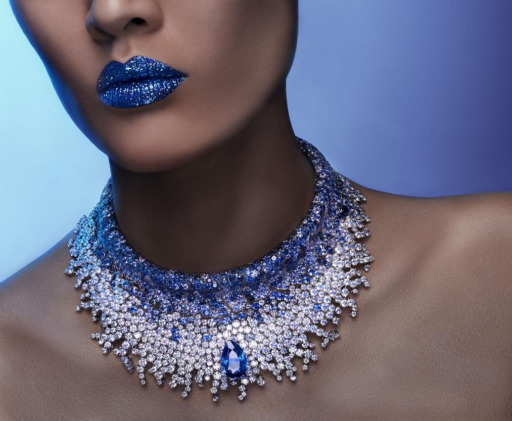 Collier en or gris inspiré duthème de l'opera, un saphir bleu poire de 15 carats, 1537 diamants blancs 98 carats et 1026 saphirs 98 carats bleus, De Grisogono.