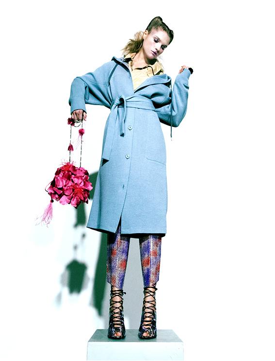 Manteau beige er bleu : LACOSTE Chaussures :ROLAND MOURET  Sac:: PAUL KA  Bague est en dentelle de silicone  TZURI GUETA