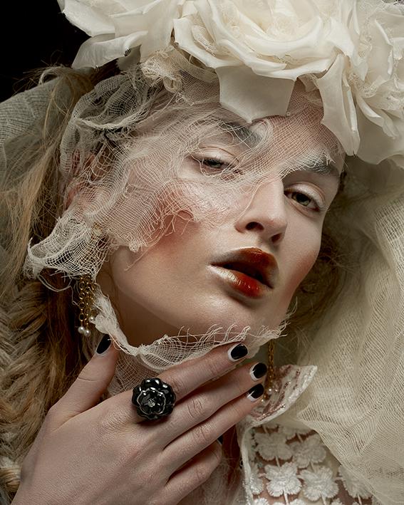 Joaillerie :CHANEL Bague Camélia galbégrand modèle, Collection Camélia Galbe Bracelet perles chaines de la collection, Collection Perles de Chanel Boucle d'oreilles perles chaines,Collection Perles de Chanel CoiffeSARAH LEROY-TERQUEM Bustier en satin de soieCADOLLE Robe en soie NATARGEORGIOU