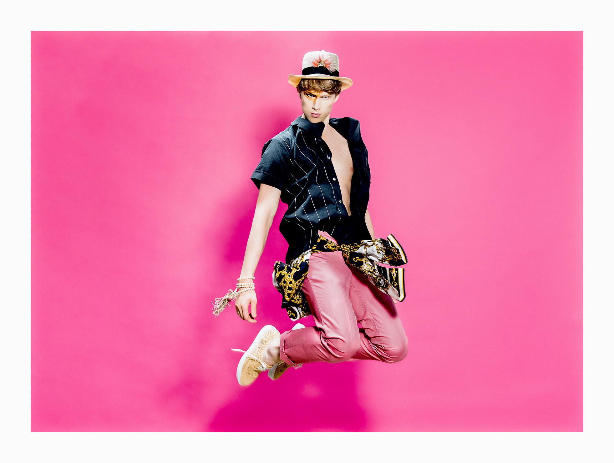 Chemises - AGNES B. ET FRENCH DEAL Pantalon - AGNES B Collier - AGNES B Chaussures - ROBERT CLERGERIE Plume chapeaux - PAULE KA Panama - THEPANAMASHOP