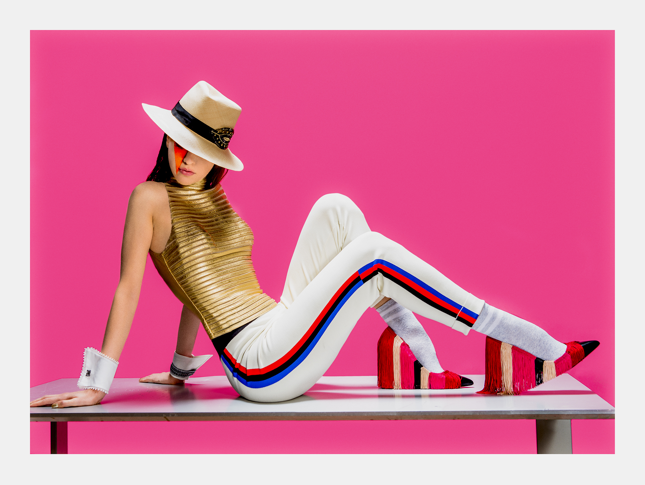 Top - JITROIS Pantalon - KNITSS Chaussures - PAULE KA Manchettes - CATHERINE OSTI Panama - THEPANAMASHOP
