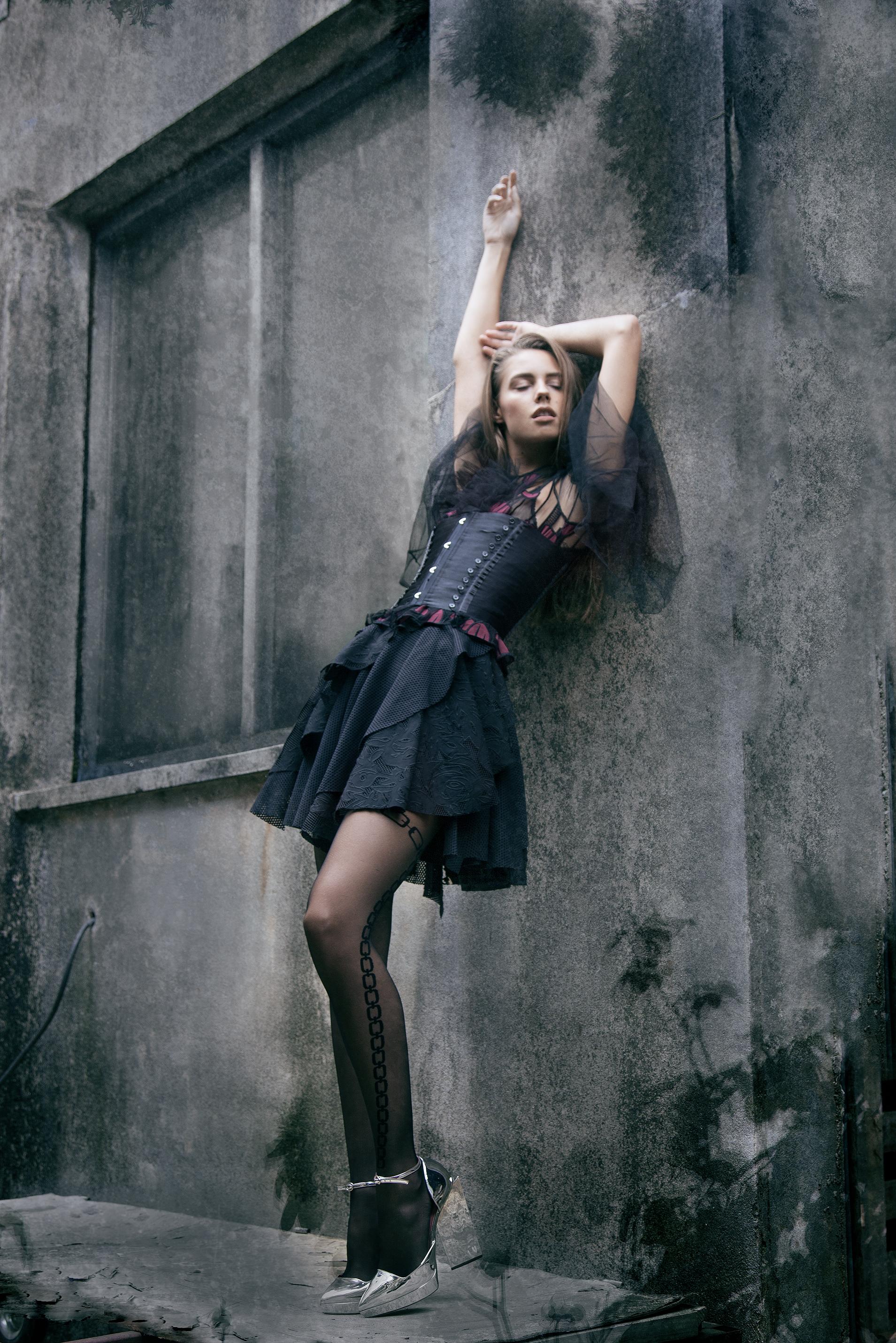 Haut Couture en tulle noir YANNINA Corset et collant CHANTAL THOMAS JupeTALBOT RUNHOF Chaussure argent : PAULE KA