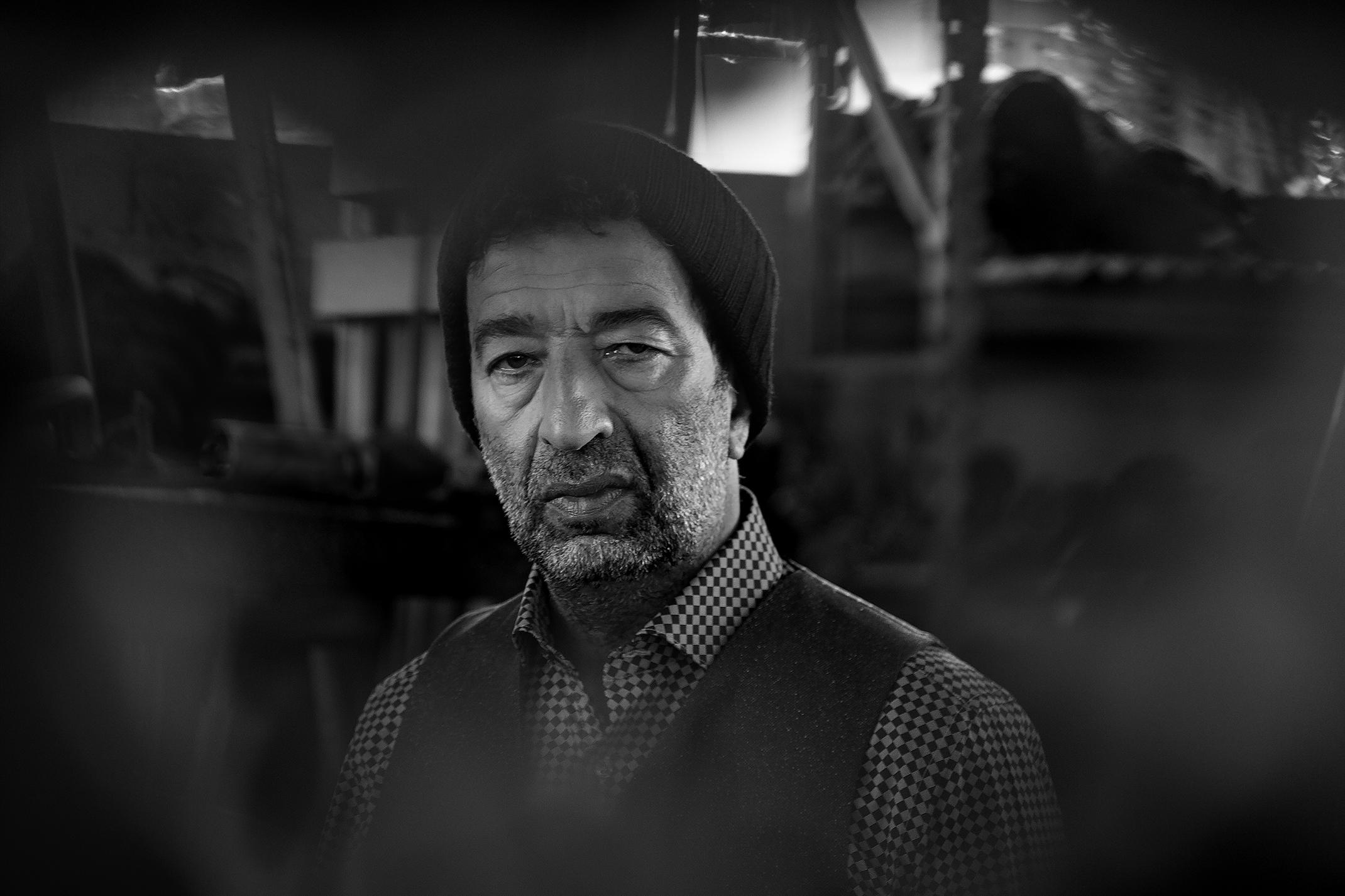SLIMAN DASI Bonnet en laine : ALLSSAINTS Chemise à carreau et gilet : EMANUEL UNGARO